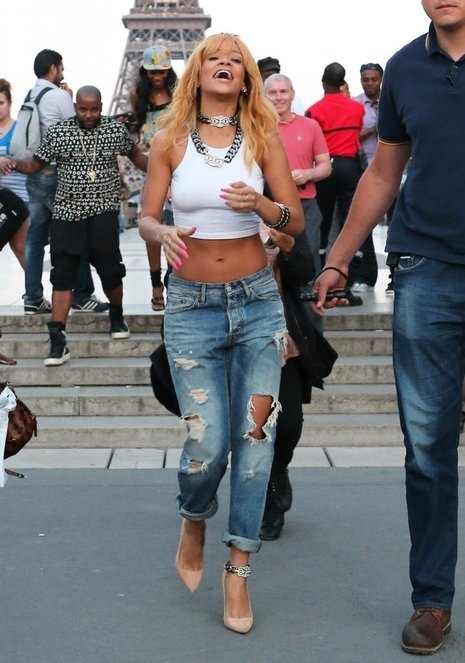 Rihanna in RIpped Jeans-01-thumb-466x663-110991